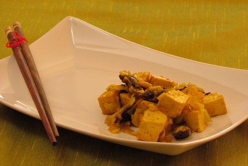 Spezzatino di tofu ai pinoli e prugne