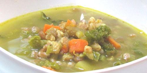 Profumo di zafferano in una zuppa al farro