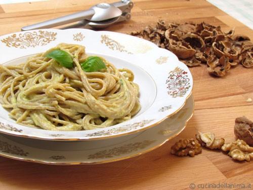 Spaghetti con salsa di peperoni e noci