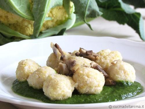 gnocchi di miglio con funghi su crema verde
