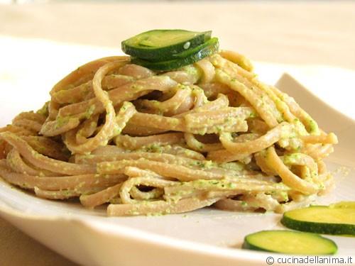 Linguine di farro con pesto di zucchine