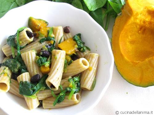 maccheroni integrali alla zucca, spinaci e fagioli neri