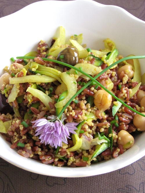 Insalata colorata di cereali, legumi e verdure saltate