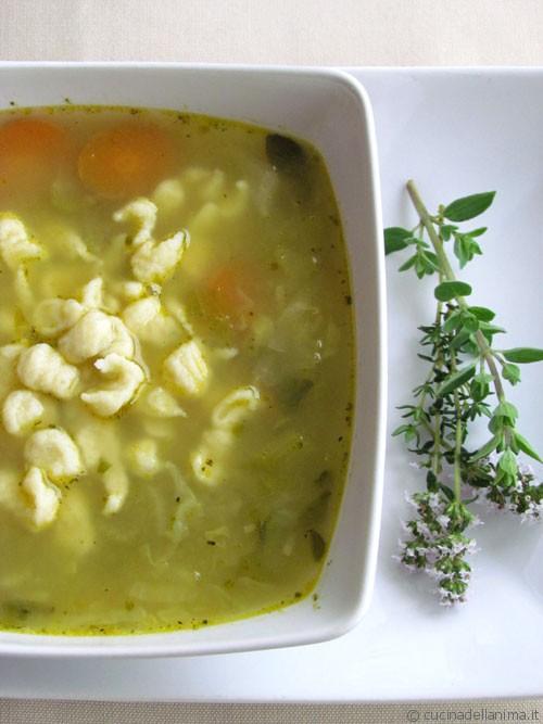 Zuppa primaverile di spatzle alle erbe aromatiche