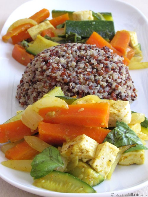 Verdure saltate al curry, tofu e quinoa