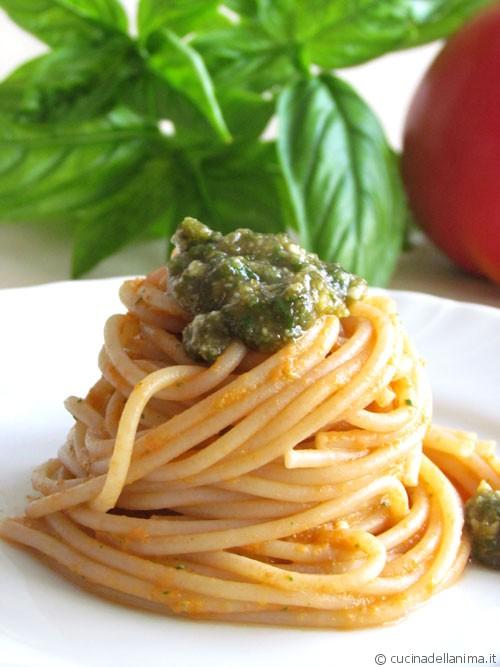 Spaghetti con sugo crudo e salsa di basilico