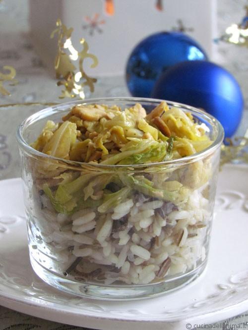 Bicchieri di riso, verza e tempeh