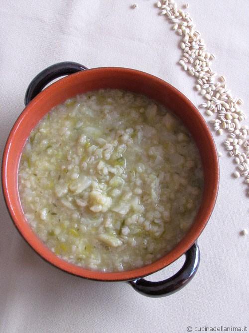 Zuppa densa orzo e cavolfiore bianco