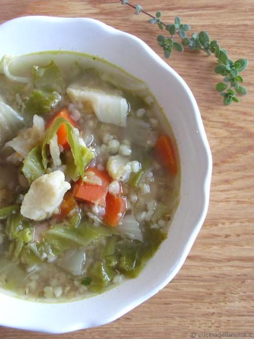 Zuppa d'inverno con le ultime erbe aromatiche