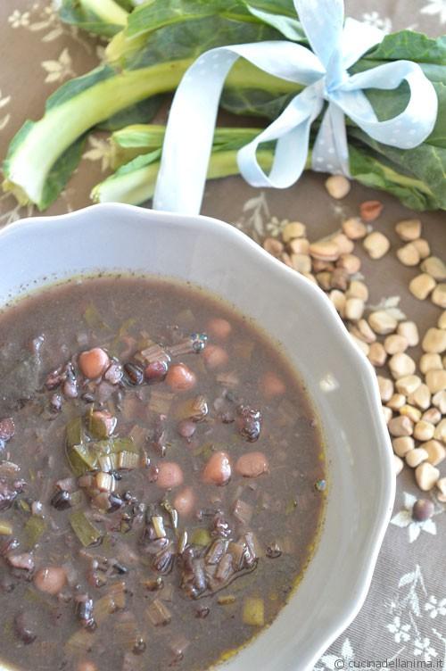Zuppa nera di cicerchie e riso venere