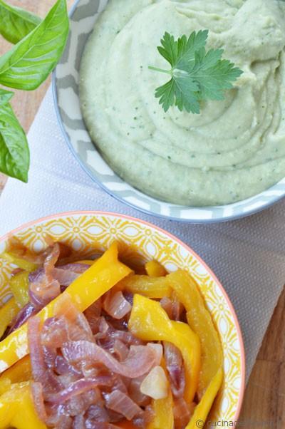 Piadina di hummus verde, peperoni e cipolla di Tropea